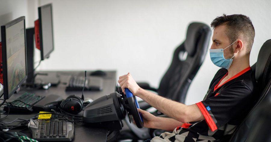 Der E-Sportler Alexander Förster vom Verein «Magdeburg eSport» trainiert an einem Computer mit einem Rennsportspiel. Sachsen-Anhalt fördert mit dem «E-Sport Hub» einen Knotenpunkt für wettbewerbsmäßiges Spielen am Computer.