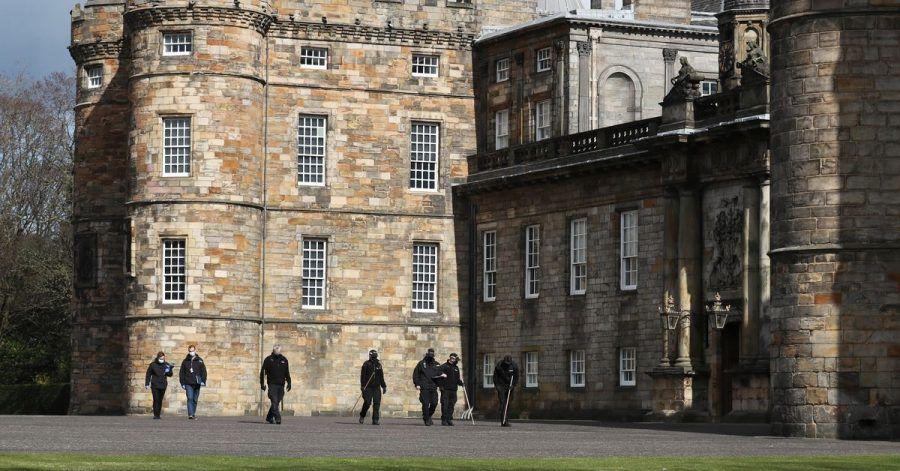 Polizeibeamte auf dem Gelände des Holyrood-Palasts.