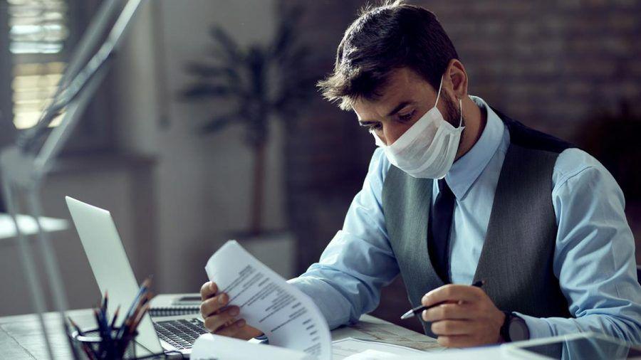 Wann Atemschutzmasken wieder aus dem Büroalltag verschwinden, ist derzeit noch nicht absehbar. (elm/spot)