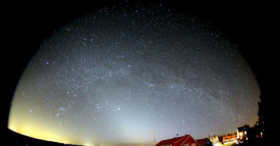 Blick in den Sternenhimmel über Spiekeroog. Die ostfriesische Insel arbeitet an der Auszeichnung zum Sternenpark und hat dafür zuletzt die Straßenlaternen gedimmt.