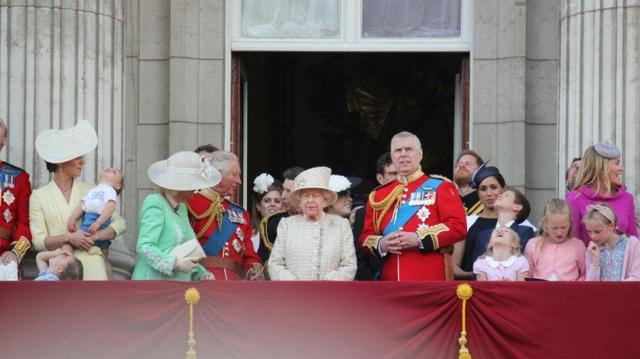 Queen Elizabeth II. hat jetzt vier Kinder, acht Enkel und zehn Urenkel - viele davon feierten mit ihr auf dem Balkon des Buckingham Palace Trooping the Colour im Jahr 2019. (ili/spot)