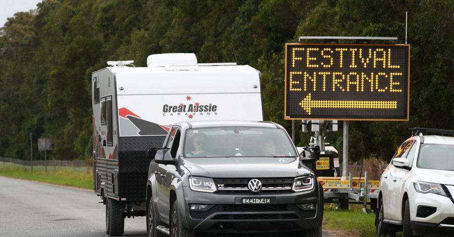 Festivalbesucher verlassen das Festival-Gelände im australischen Byron Bay.