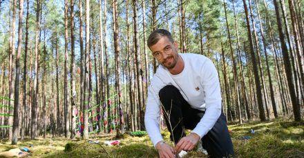 Der Entertainer und Unternehmer Joko Winterscheidt pflanzt ein Bäumchen.
