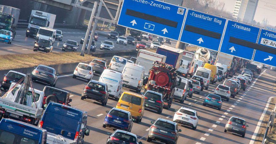 Auch wenn die Autobahn voll scheint: Durch die Pandemie hat sich die Nutzung des eigenen Pkws, sowie von Bussen und Bahnen verändert.