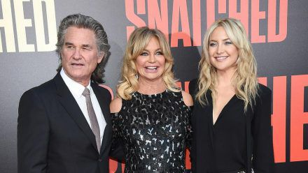 Schauspielerfamilie: Kate Hudson (r.) und Goldie Hawn gratulieren Kurt Russell zum 70. Geburtstag. (ili/spot)
