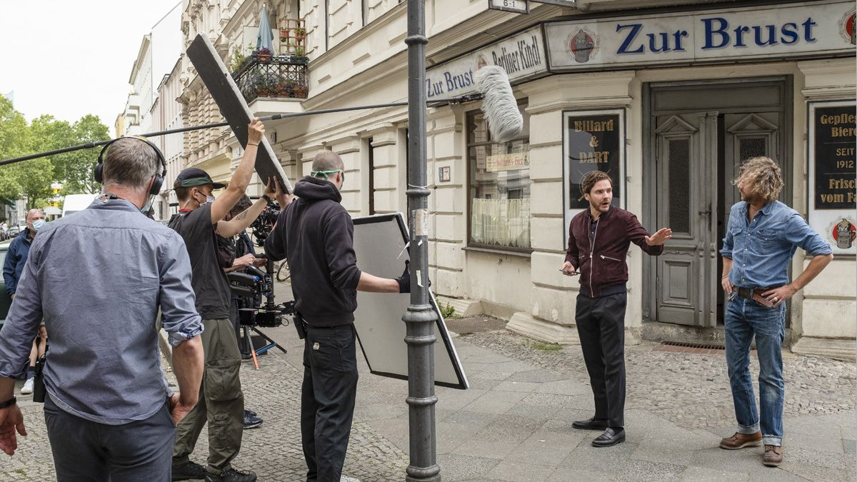"Eckkneipen-Duell: Daniel Brühl als Filmstar in ""Nebenan"""