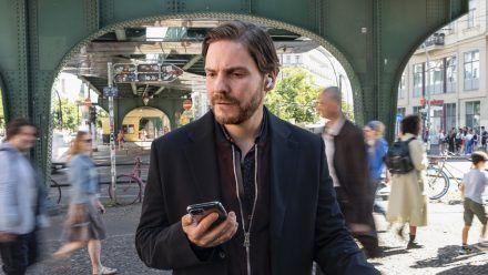 Daniel Brühl über sein Regiedebüt und Leben im Prenzlauer Berg
