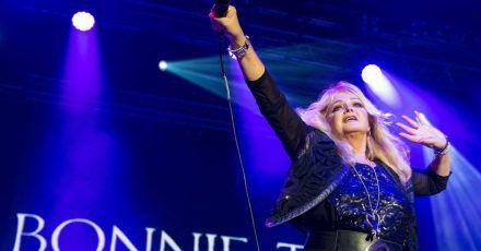 Bonnie Tyler blickt optimistisch in die Zukunft - und knüpft musikalisch an ihrer Vergangenheit an.