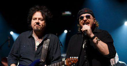 Toto haben eine kleine Pause eingelegt. Das haben Steve Lukather (l) und Joseph Williams für Soloalben genutzt.