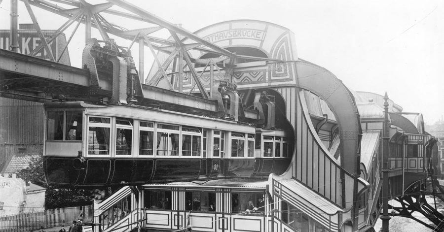 Das historische Archivfoto aus dem Jahre 1903 zeigt den Bahnhof «Rathausbrücke» der Wuppertaler Schwebebahn.