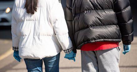 Die kalten Wintertemperaturen sind vorbei. Wer seine Winterkleidung nun wegpacken möchte, sollte sie vorher waschen.