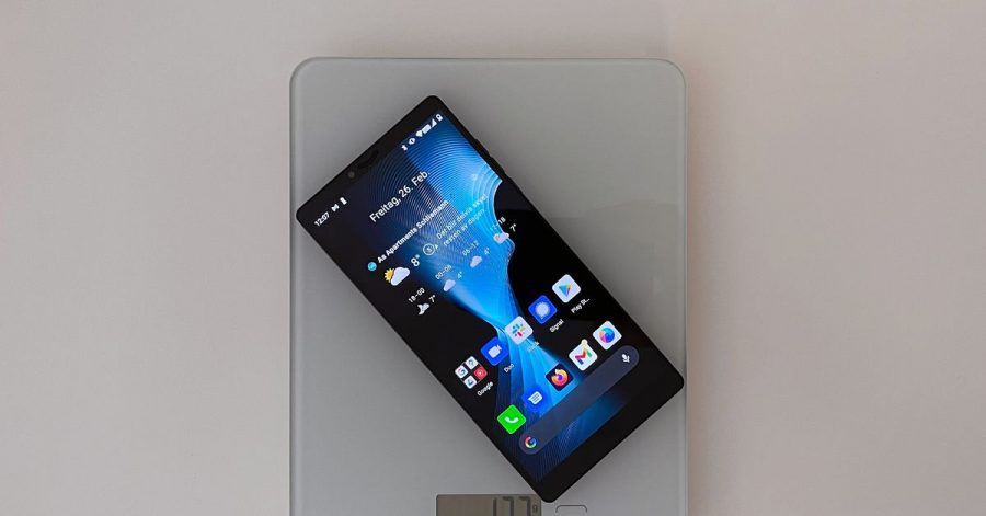 127 Gramm - für ein Smartphone dieser Größe ist das Carbon 1 Mk II ganz schön leicht. Möglich macht es ein Gehäuse aus leichter Kohlefaser.