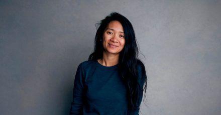 Mit ihrem Film «Nomadland» hat Chloé Zhao bereits zahlreiche Filmpreise abgeräumt. Jetzt kommt ein Golden Globe dazu.