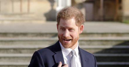 Prinz Harry, Herzog von Sussex, steht im Garten des Buckingham Palace.
