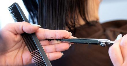 Friseure dürfen ab heute unter strengen Hygieneauflagen bundesweit wieder öffnen.