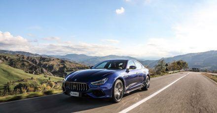Mittelklasse mit italienischem Flair: Der Maserati Ghibli rollt nun auch mit elektrischer Unterstützung auf die Straßen.