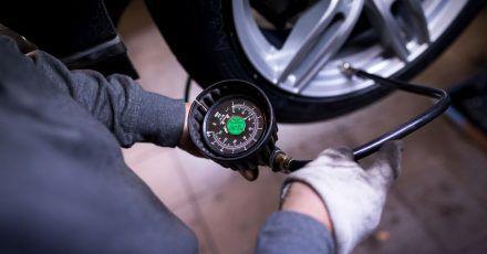 Wer den Reifendruck kontrolliert, macht das an möglichst kalten Reifen.