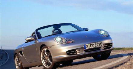 Familiengesicht: An der Front des Porsche Boxsters erinnern vor allem die «Spiegeleier»-Scheinwerfer an den zeitgenössischen Elfer der Baureihe 996.