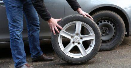 Das Alter der Reifen erkennen Autobesitzer an der DOT-Nummer. Sie ist an der Reifenflanke zu finden.