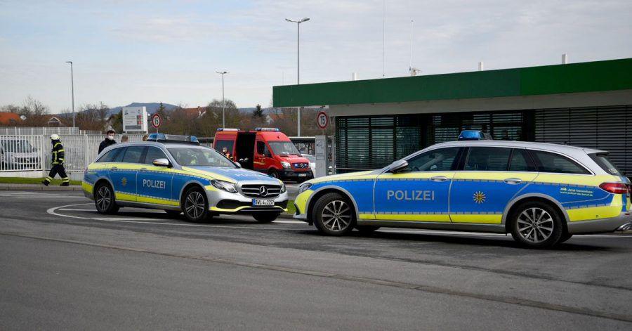 Fahrzeuge von Polizei und Feuerwehr stehen Mitte Februar vor einem Werk eines Getränkeherstellers in Eppelheim.