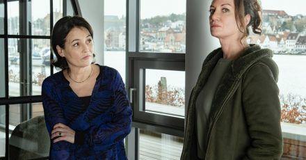 Jana Winter (Natalia Wörner, r) befragt die Brieffreundin Marlene Hausmann (Anke Sevenich).