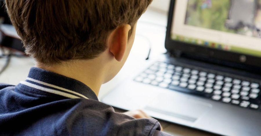 Spiele mit Chat-Funktion können Kinder schnell überfordern. Eltern sollten deshalb lieber auf Angebote ohne Chats zurückgreifen.
