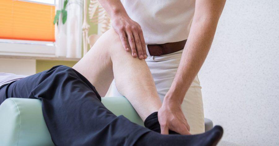 Die Behandlung beim Physiotherapeuten kann bei chronischen Schmerzen Bestandteil der Therapie sein.