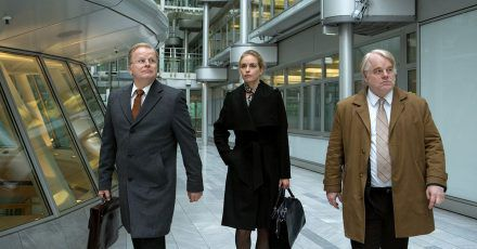 Michael Axelrod (Herbert Grönemeyer, l-r), Erna Frey (Nina Hoss) und Günther Bachmann (Philip Seymour Hoffman) im Spionagethriller.