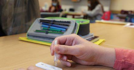 Schülerinnen und Schüler weiterführender Schulen sollen voraussichtlich bald wieder zur Schule gehen. Wann genau ist offen. Möglicherweise können sie sich regelmäßig testen lassen.
