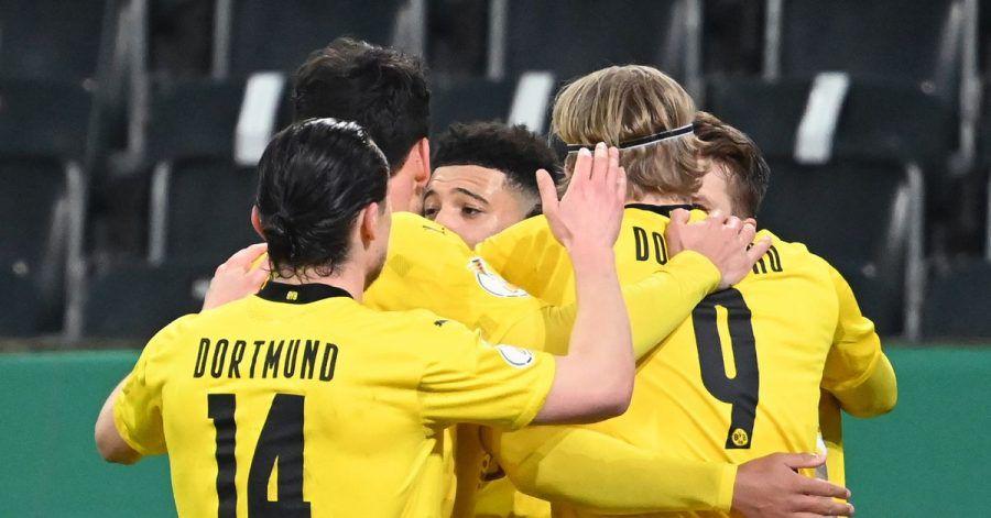 Die Spieler von Borussia Dortmund feiern das Tor von Jadon Sancho (M) gegen Gladbach.