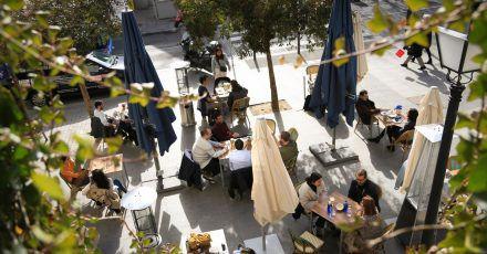 Madrid hat die höchsten Infektionszahlen des Landes, aber auch die lockersten Regelungen. Das zieht coronamüde Touristen an - vor allem aus Frankreich.