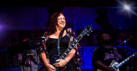 Joanna Connor ist eine Meisterin der Slide Gitarre.