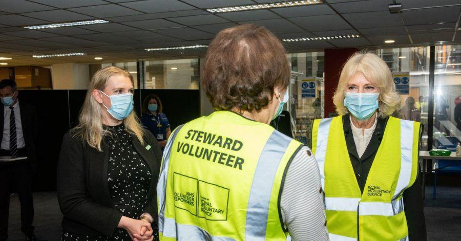 Camilla (r), Herzogin von Cornwall, im Wembley Corona-Impfzentrum in London.