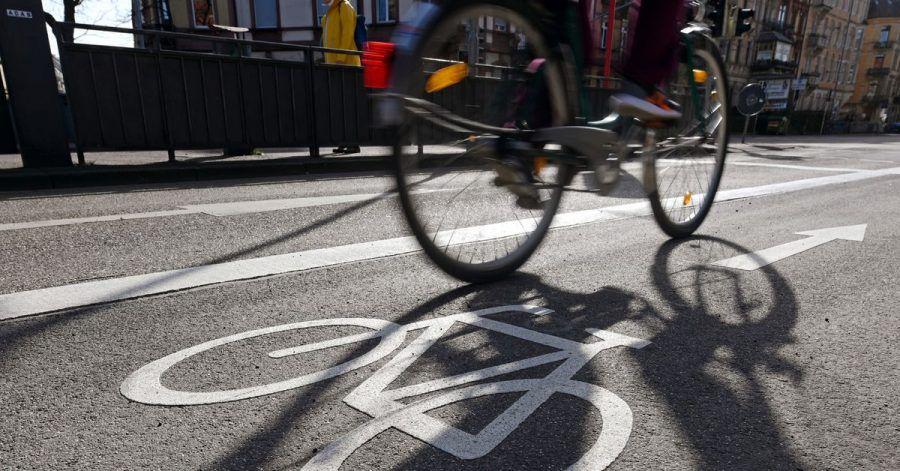 Menschen fahren in der Pandemie lieber mit dem Fahrrad oder Auto als mit den Öffentlichen Verkehrsmitteln. Das ergab eine Bitkom-Studie.