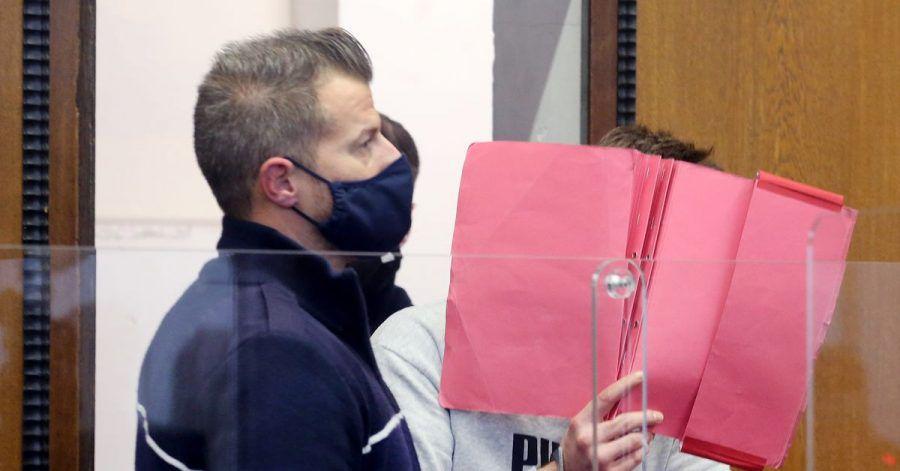 Der wegen Totschlags angeklagte Mann wird von einem Justizbeamten in den Gerichtssaal geführt.