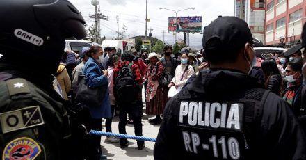 Drei Studenten, die die Versammlung einberufen hatten, wurden von der Polizei festgenommen.