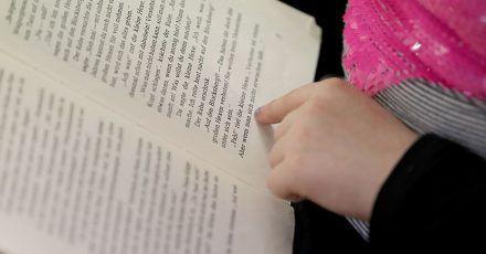 Ein «Nationaler Lesepakt» will erreichen, dass alle Kinder in Deutschland flüssig lesen lernen.