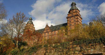 Um einen coronakonformen Prozess zu ermöglichen, wird im Schloss Johannisburg verhandelt.