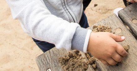 Ran an den Sand! Kinder dürfen und sollen ruhig auch mal im Dreck herumwühlen.