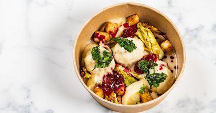 Vegane Königsberger Klopse: Statt gehacktem Fleisch kommt eine Mischung aus Tofu und Kichererbsenmehl zum Einsatz, die pikant gewürzt wird.