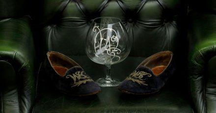 Ein Paar Samt-Sipper und ein Brandy-Glas von Winston Churchill werden versteigert.