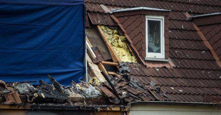 Ein nach einer Explosion zerstörtes Reihenendhaus in Schlewsig-Holstein. In dem Haus hat die Polizei eine Leiche gefunden.