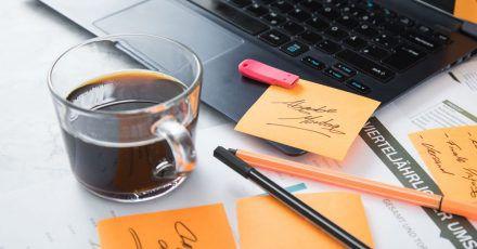 Und noch ein Kaffee: Wer es mit dem Koffein übertreibt, fördert damit eher Unruhe als Konzentration.