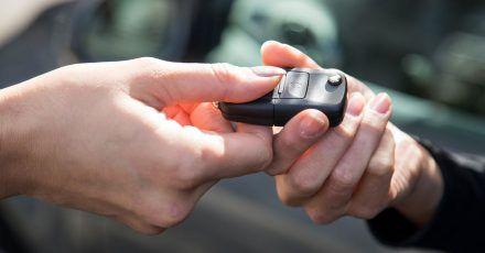 Handel mit Verstand: Beim Gebrauchtwagenkauf sollten bei offensichtlich viel zu billigen Angeboten die Alarmglocken läuten.