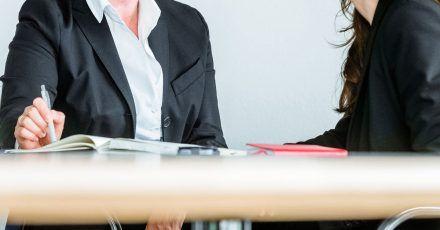 Viele Frauen warten lieber bis zum Jahresgespräch, bevor sie ein höheres Gehalt oder eine Beförderung zum Thema machen.