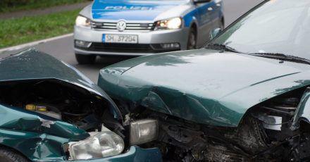 Hier hat es ordentlich gekracht. Nach schweren Unfällen sollte man die Polizei grundsätzlich rufen, aber nicht nur dann.