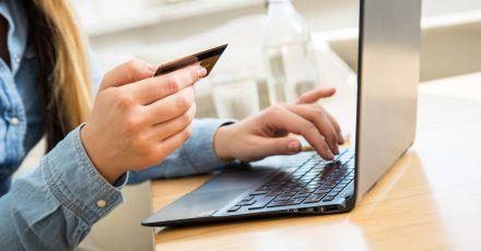 Corona-Selbsttests, die nur mit den Zahlungsarten Vorauskasse oder Kreditkarte angeboten werden? Bei solchen Angeboten lieber Finger weg, raten Sicherheitsexperten.