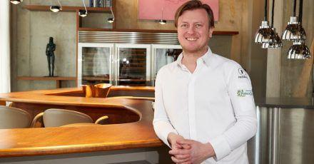 Kevin Fehling, Spitzenkoch, in seinem Restaurant «The Table». Wie schon in den Vorjahren wird er in der Deutschland-Ausgabe des Restaurantführers «Guide Michelin» 2021 mit drei Sternen ausgezeichnet.