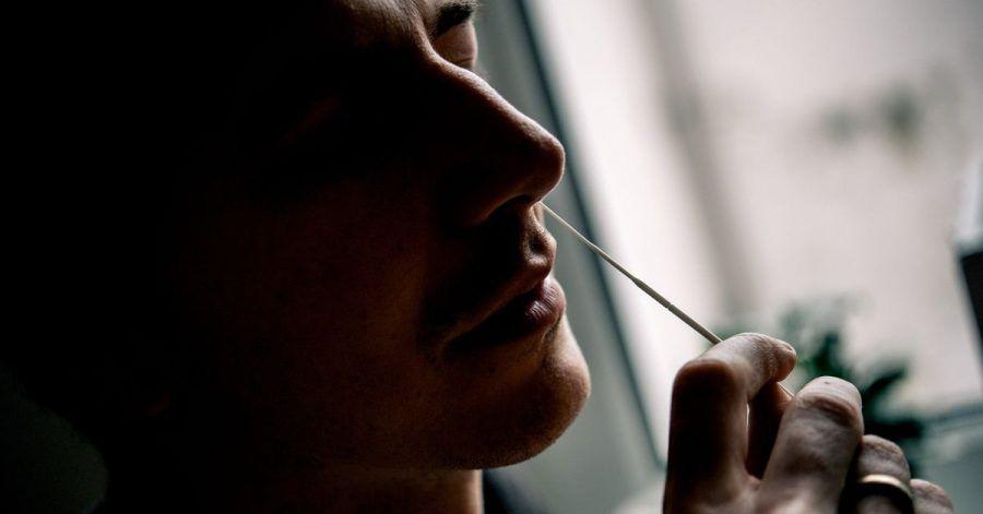 Auch wenn der Tupfer nur im vorderen Nasenbereich bewegt werden soll, fühlt sich der Abstrich nicht gerade angenehm an.