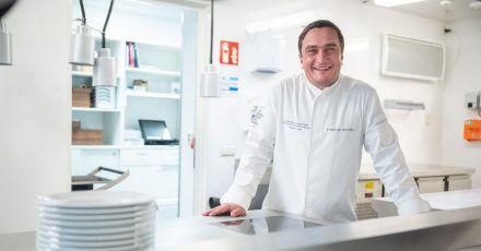 Torsten Michel, Küchenchef der Schwarzwaldstube, hat allen Grund sich zu freuen: Sein Restaurant hat die Sterne zurück bekommen, die sie nach einem Feuer im Januar 2020 im Stammhaus verloren hatten.